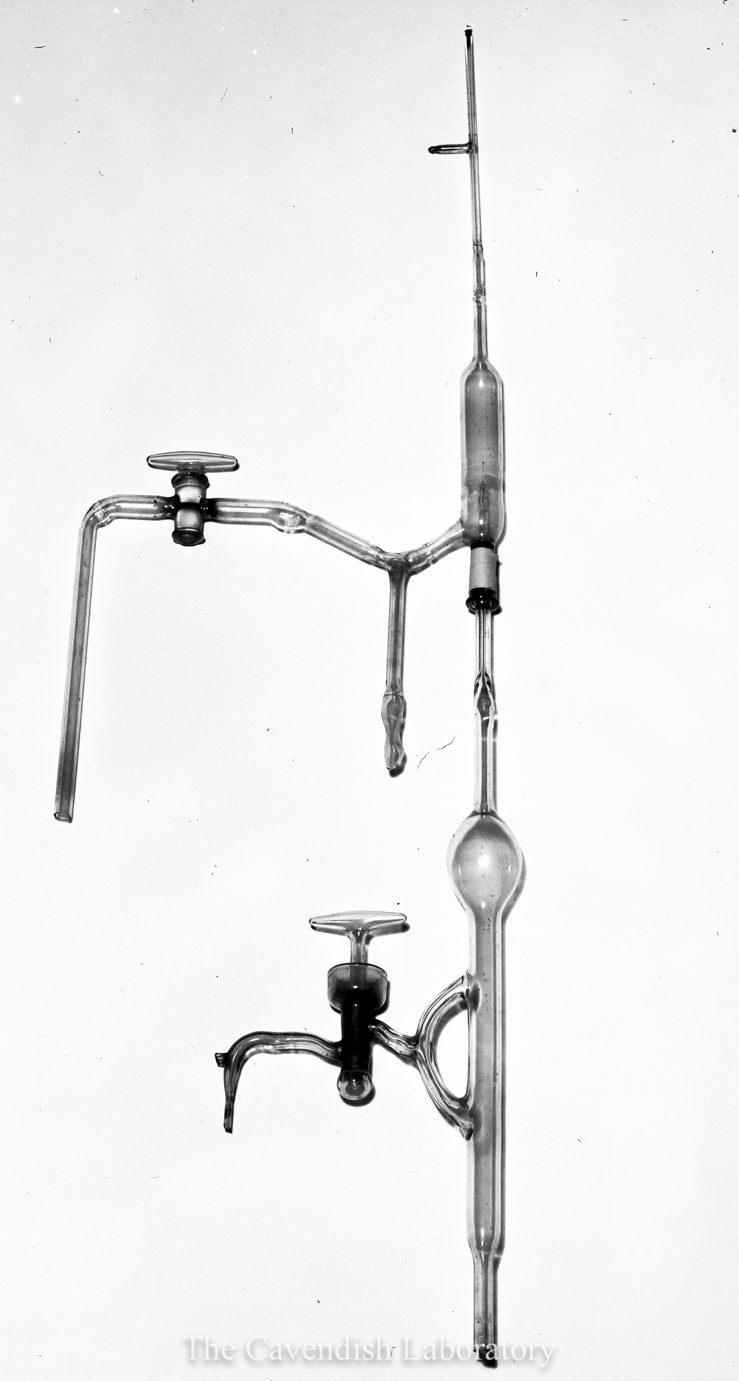 Otto Baumbach's apparatus which identified alpha-particles with helium nuclei (1909) (Image from PH-CAVENDISH-P-00037)
